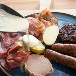 coffret-gourmand-raclette-basque-cadeau-noel-pierre-oteiza-charcuterie-panier