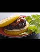 Burger de boudin, fromage et paillasson de pommes de terre.