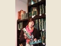 Corinne, vendeuse dans la boutique Pierre Oteiza