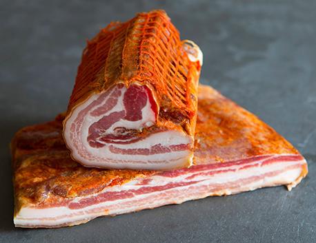 Ventrêche de porc basque roulée frottée au piment