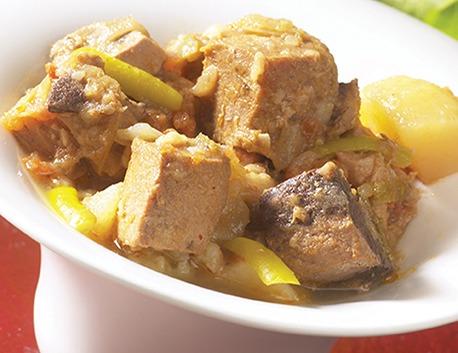 Marmitako de thon, ragoût de thon avec pommes de terre, tomates, oignons et piments